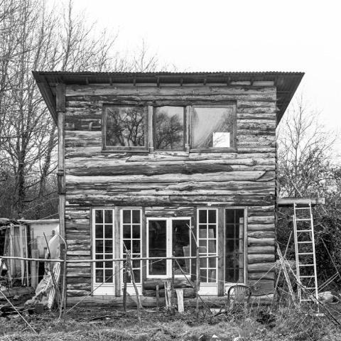 Une cabane des Vraies Rouges, qui abrite la bibliothèque anglophone de la ZAD, menacée de destruction.